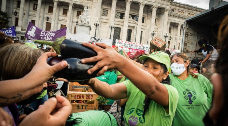"""""""Vivimos en condiciones indignas"""": Los campesinos hacen un 'verdurazo' frente al Congreso argentino para exigir la titularidad de sus tierras"""
